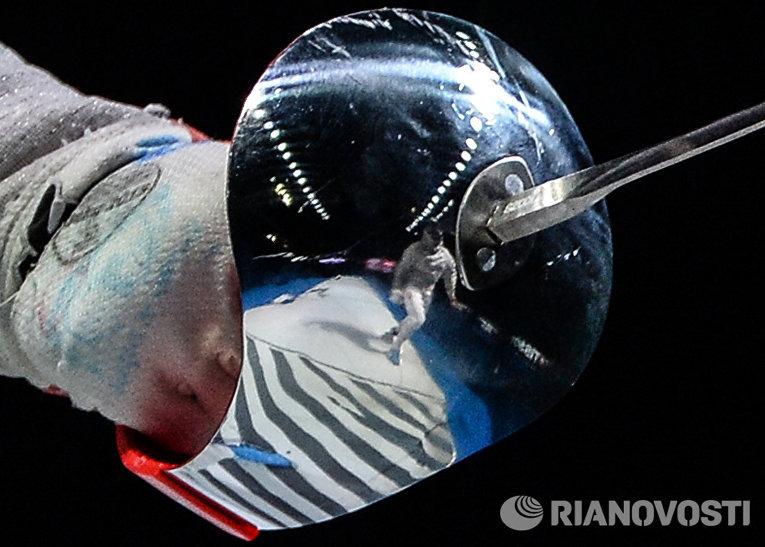 Гарда Александры Соча (Польша) в поединке за 3-е место с Ибтихадж Мухаммад (США) на соревнованиях командного первенства среди женщин по фехтованию на саблях на чемпионате мира в Москве