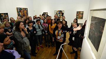 Посетители знакомятся с экспозицией в Третьяковской галерее на Крымском Валу