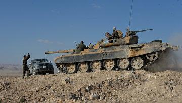 Бойцы ополчения Фатимиюн на переднем крае в горах в 10 км от Пальмиры