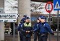 """Полицейские обеспечивают безопасность в аэропорту """"Завентем"""" в Брюсселе, где 22 марта произошел взрыв"""