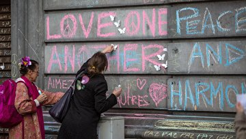 Участники траурного митинга в память о погибших в результате взрывов в Брюсселе