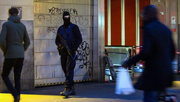 Сотрудник полиции обеспечивает безопасность на одной из станций метро в Брюсселе