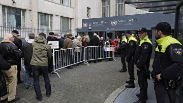 Родственники погибших и выжившие в результате геноцида на территории бывшей Югославии у здания суда Международного трибунала в Гааге. 24 марта 2016