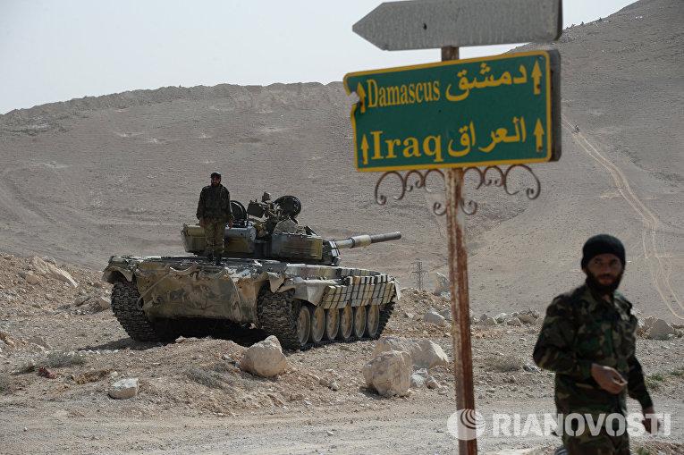 Танк Т-72 отряда народного ополчения Соколы пустыни во время передислокации в районе сирийского города Пальмира