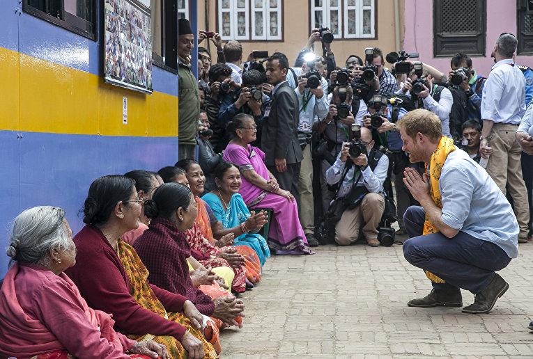Принц Гарри во время посещения Золотого храма в Патан Дурбар