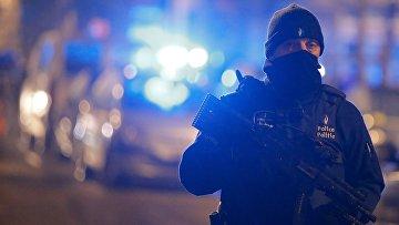 Полиция в Бельгии во время спецоперации в коммуне Скарбек. 25 марта 2016
