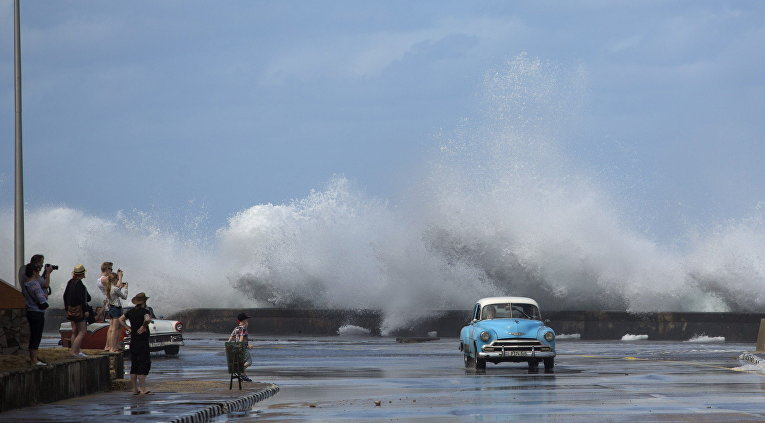 Американский классический автомобиль на набережной в Гаване, Куба