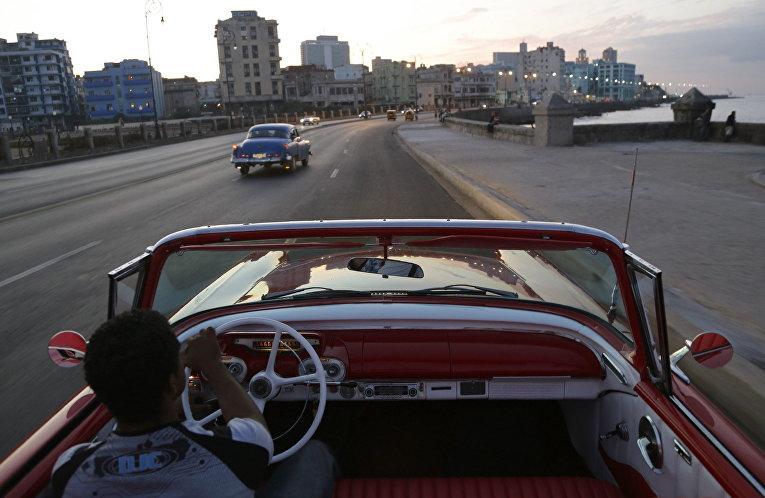 Классический кабриолет Mercury Monterey 1957 года выпуска на набережной Малекон в Гаване, Куба