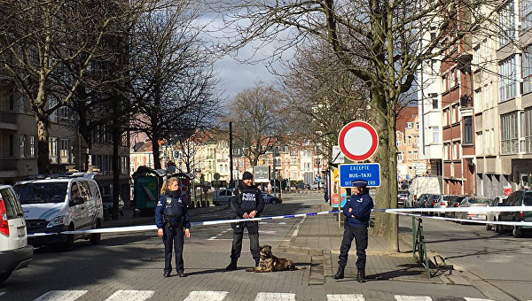 Сотрудники полиции Бельгии во время спецоперации в Скарбеке. 25 марта 2016. Архивное фото