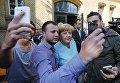 Мигранты фотографируются с канцлером Германии Ангелой Меркель в Берлине