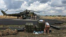 Технический персонал у российского ударного вертолета МИ-24 на аэродроме Хмеймим. Архивное фото