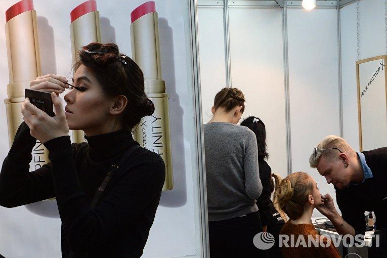 Модели готовятся к показу коллекции одежды дизайнера Ильи Шияна в рамках Недели моды в Москве Сделано в России