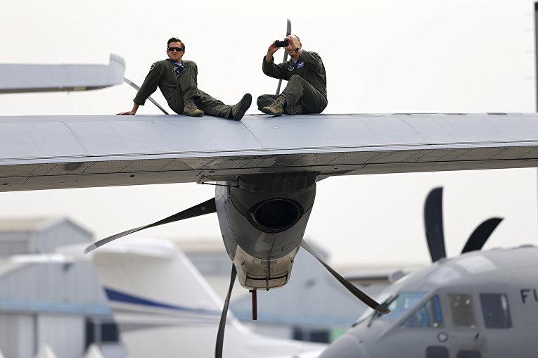 Члены ВВС США во время перерыва на международном аэрокосмическом салоне Латинской Америки FIDAE в аэропорту Сантьяго