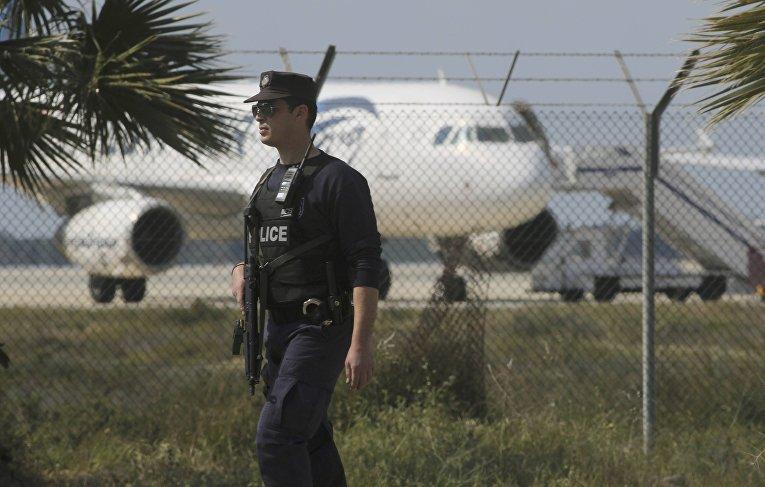 Сотрудник полиции в аэропорту Ларнаки, Кипр