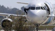 Один из пилотов покидает кабину самолета А320 EgyptAir в аэропорту Ларнака, Кипр. Архивное фото