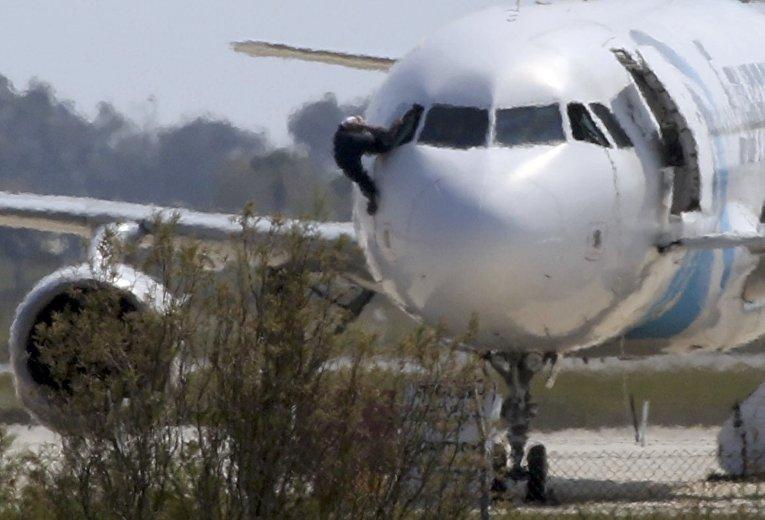 Один из пилотов покидает кабину самолета А320 EgyptAir в аэропорту Ларнака, Кипр
