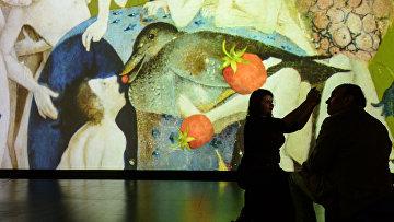 Посетители на мультимедийной выставке Босх. Ожившие видения в Центре дизайна ARTPLAY