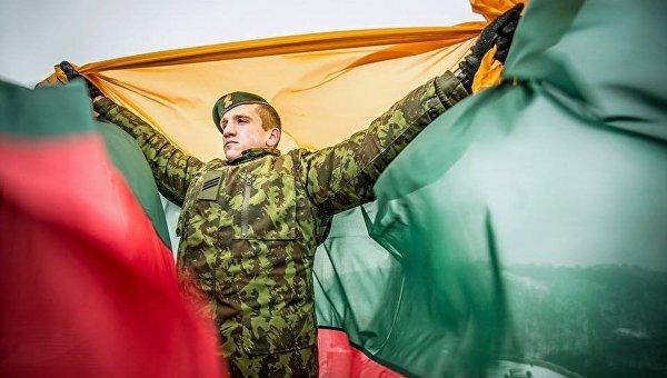 Солдат с флагом Литвы. Архивное фото