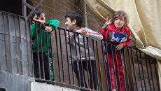Дети в жилом квартале города Алеппо. Архивное фото