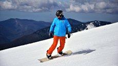 Сноубордист на склоне горнолыжного курорта Роза хутор в Сочинском Национальном Парке