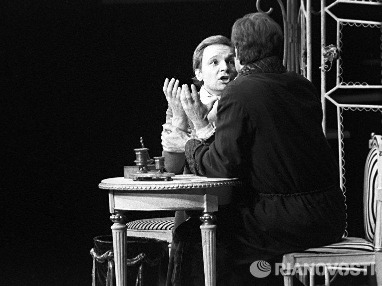 Актер Андрей Мягков в сцене из спектакля Обыкновенная история