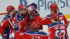 Игроки ЦСКА радуются победе в финальном матче плей-офф Кубка Гагарина Континентальной хоккейной лиги между ПХК ЦСКА (Москва) и ХК Металлург (Магнитогорск).