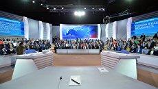 В студии московского Гостиного двора перед началом ежегодной специальной программы Прямая линия с Владимиром Путиным