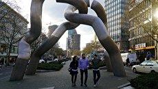 Прохожие у скульптуры из хромированной стали Бригитты и Мартина Матчинского (1986) Берлин на улице Tauentzienstra?e в Берлине