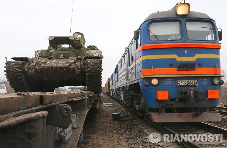 Погрузка на железнодорожные платформы танков Т-72 отдельного танкового батальона мотострелковой бригады Балтийского флота