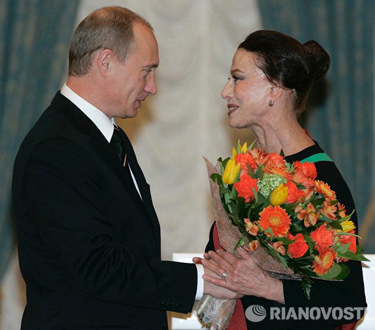 Президент РФ Владимир Путин наградил орденом За заслуги перед Отечеством I степени балерину Майю Плисецкую