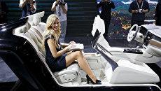 Модель демонстрирует салон автомобиля Volvo S90. Пекинский автосалон, апрель 2016