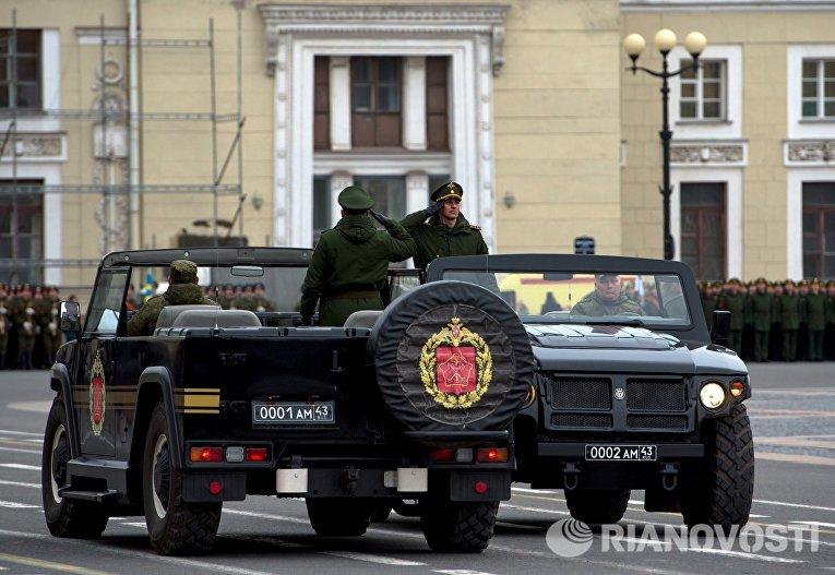 Военнослужащие во время репетиции пешей части военного парада Победы на Дворцовой площади в Санкт-Петербурге