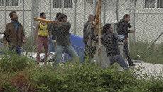 Мигранты закидывали полицейских камнями в лагере беженцев на Лесбосе