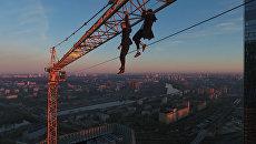 Руферы забрались на строительный кран около Москва-Сити. Съемка с дрона