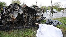 Автомобиль, подвергшийся обстрелу украинскими силовиками в районе КПП Еленовка в Донецкой области