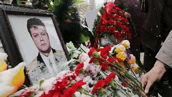 Цветы возле портрета погибшего подполковника Олега Пешкова, архивное фото