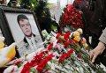 Цветы возле портрета погибшего подполковника Олега Пешкова во время прощания с ним в Липецке