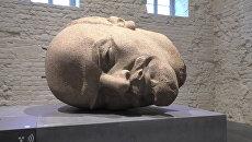 Гигантскую голову Ленина из гранита показали на выставке в Берлине