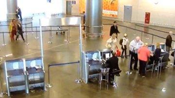 Камеры наблюдения сняли, как школьница попала в самолет без билета