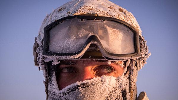 Боец отряда специального назначения МВД Чеченской Республики во время учений в районе Северного полюса. Архивное фото