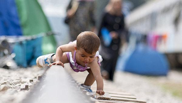 Ребенок в лагере для мигрантов и беженцев возле греко-македонской границы близ села Идомени. Архивное фото