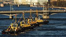Представление Вальс буксиров во время фестиваля ледоколов на реке Неве в Санкт-Петербурге