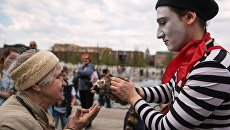 Мим-шоу во время открытия летнего сезона в парке искусств Музеон в Москве