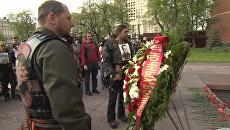 Ночные волки под военные песни возложили цветы к Вечному огню в Москве