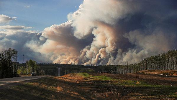 Дым от лесных пожаров в городе Форт Мак-Мюррей, Канада