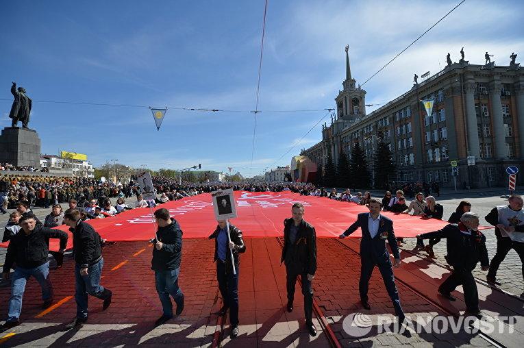 Участники акции Бессмертный полк во время шествия по улицам Екатеринбурга