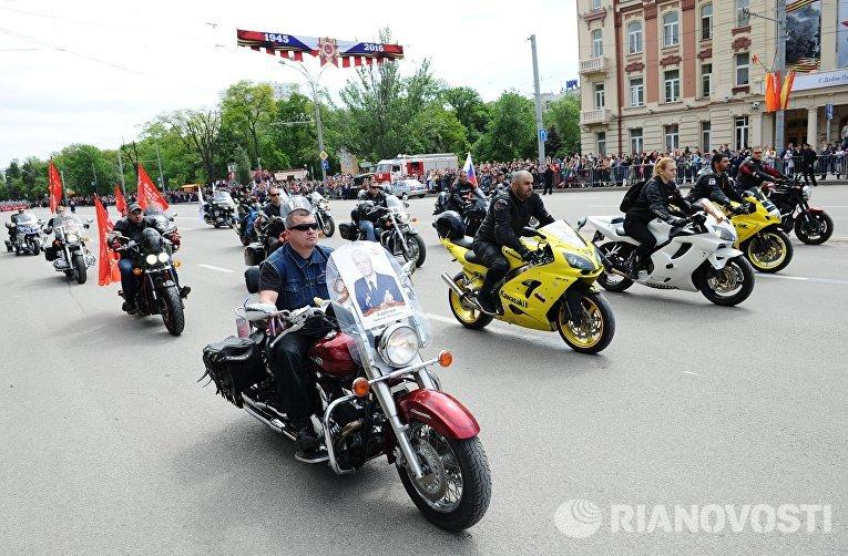 Колонна байкеров во время акции Бессмертный полк в Ростове-на-Дону
