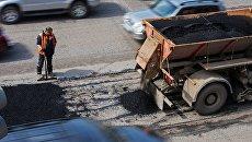 Ремонт дорожного покрытия. Архивное фото