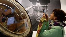 Посетительница у спускаемого аппарата корабля Восток-1 Юрия Гагарина в рамках выставки Русский космос