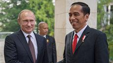 Президент Российской Федерации Владимир Путин и президент Республики Индонезии Джоко Видодо во время беседы в резиденции Бочаров ручей в Сочи